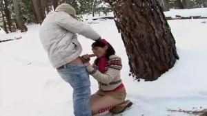 Jeune cochonne bandante baisée dehors dans la neige contre un arbre