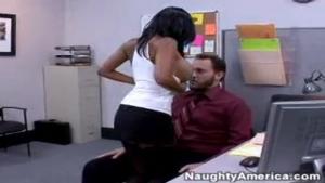 Cette chaude secrétaire se fait superbement plomber la chatte dans un bureau