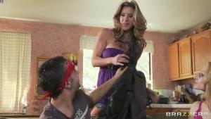 Un rocker s'enfile Kayla dans la cuisine
