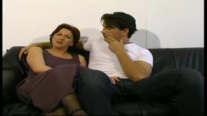 Nathalie Mere au foyer se tappe un jeune homme
