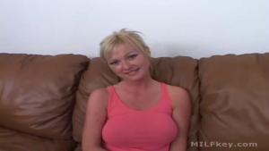 Vidéo soft d'une blonde qui veut se lancer dans le x