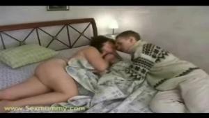Maman cochonne baise avec mon pote