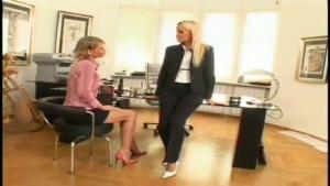 Jeux lesbiens entre la directrice et sa nouvelle secrétaire