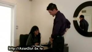 Secrétaire suce son collègue de travail au taf