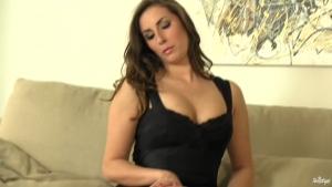 Paige turnah en lingerie fine se dévoile sur le sofa
