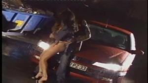 Brunette française sauvagement tringlée dans un garage