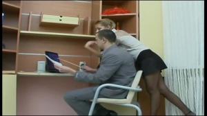 Une secretaire blonde se fait limer par son patron