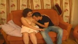 Une maman voluptueuse se fait prendre par un jeune type