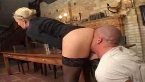 Comptable allemande violemment enculée sur une table d'un client