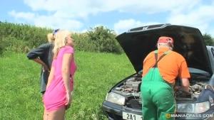 Mere et fille remercie le depanneur comme il se doit.