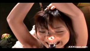Belles asiatiques attachés font des jeux érotiques