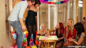 Un anniversaire se transforme en partie de sexe avec ses nanas chaudes