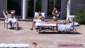 Très sexy dans leurs bikini ces deux nanas se lâchent avec leur mecs