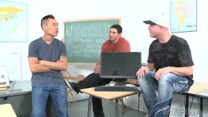 Cette brune se fait défoncer par trois mecs dans la classe