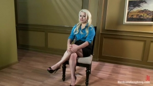 Cette blonde se fait braquer et violer dans son bureau