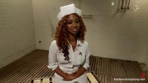 Cette belle infirmière noire se retrouve au milieux de ses patients