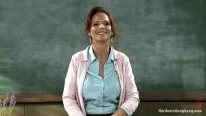 Une jolie prof se fait partouzer par ces élèves dans sa chambre