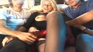 Une jeune MILF blonde bien gaulée prise en sandwich par deux gaillards