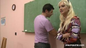 Gang bang intense dans la salle de classe en plein cours