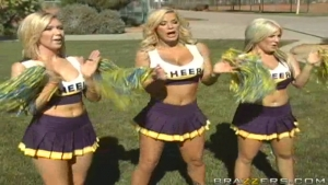 Une cheerleader violemment partouzée dans la salle de classe