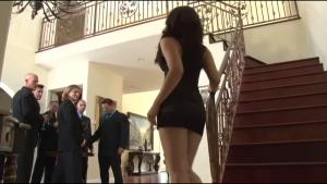 Une jeune bourgeoise nympho se présente devant une meute d'hommes en rut