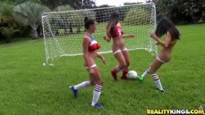 Léchouilles entre filles après une partie de football