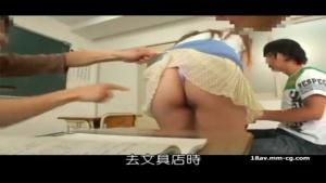La prof chaudasse se fait soulever sa jupe en pleine salle de cours