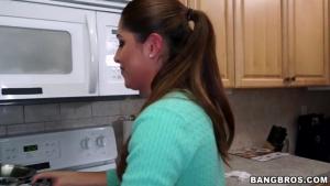 Baise avec la domestique dans la cuisine