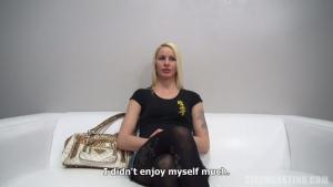 Une blondinette se fait ramoner et démonter pendant un casting