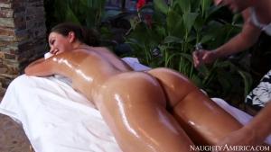 Un massage torride et sexuelle en plein air