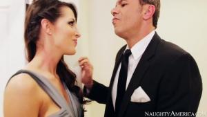 Kortney kane excitée par le costume de son mari se jette sur sa bite après son mariage