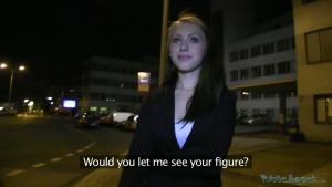 Un plan cul en soirée dans la rue avec une blonde motivée