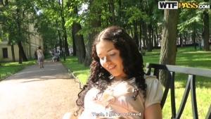 Superbe brune draguée dans un parc avec happy ending