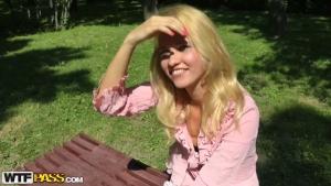 Ravissante blonde draguée dans un parc