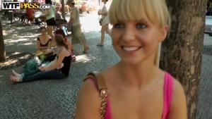 Jolie blonde de 18 ans peu farouche draguée dans la rue