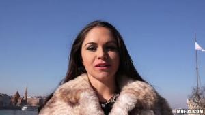 Marta lacroft, célibataire elle se laisse tenter par une amourette