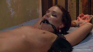 Roxy raye attachée se fait brutaliser par un amateur sadomasochiste
