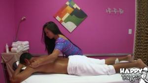 Un chanceux se fait masser le corps et sucer la bite par une masseuse pro