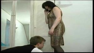 Une maman en manque de baise soumet une jeune cleptomane