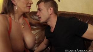 Milf suceuse aux seins laiteux baise avec l'ami de son fils sur le divan