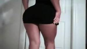 Chaude brunette exhibe son joli cul devant la webcam