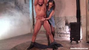Linets est une dominatrice qui adore jouer avec son homme attaché HD720p