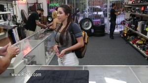 Une cliente se laisse faire derrière la boutique