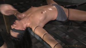Sexe BDSM pour une brune ligotée qui subit une gorge profonde digne d'une torture