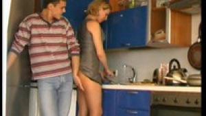 Il attrape belle maman dans la cuisine
