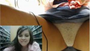 Elle se filme en train de se masturber à la bibliothèque