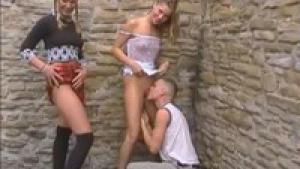 Deux belles russes blondes nymphomanes se laissent tripoter dans la rue