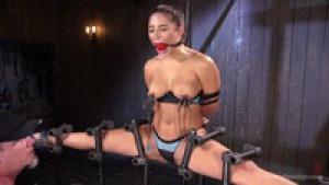 Abella danger maltraitée  dans un porno BDSM