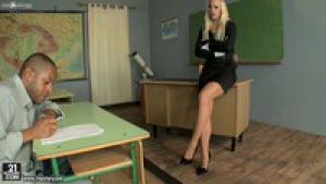 Miss naughty une prof blonde aux jambes interminables