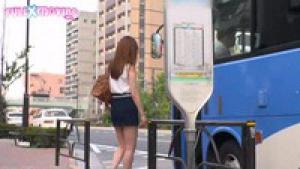 Jeune secrétaire japonaise sexy attrapée sauvagement dans les transports après le travail